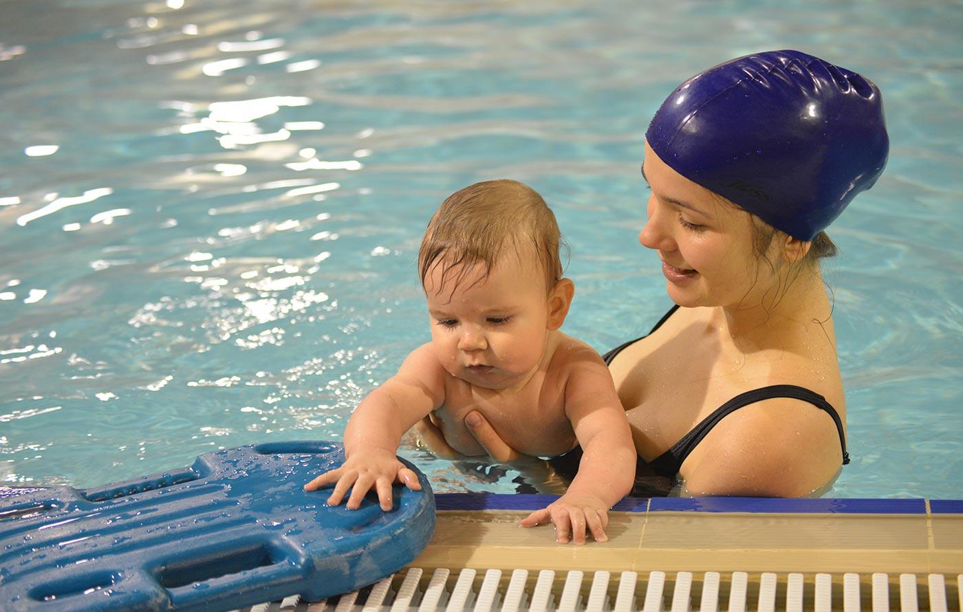 Как ходить в бассейн с маленьким ребенком зимой
